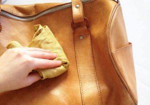 Bước 1: Túi xách da bị bẩn cần làm sạch ngay!