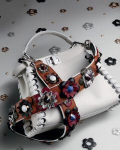 Sự ra đời của dây đeo túi xách bản to đính hoa