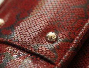 Bước 2: Kiểm tra các chi tiết kim loại trên túi