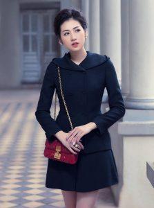 Choáng ngợp trước cách đeo túi xách đẹp của Á hậu Tú Anh!!