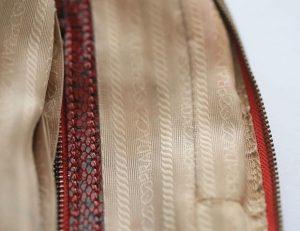 Bước 4: Nhìn vào lớp lót bên trong túi