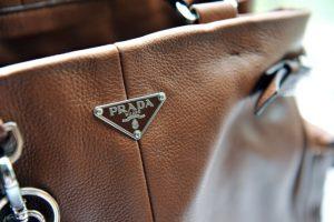 Phân biệt túi prada thật và giả đơn giản bằng đặc điểm bên ngoài túi