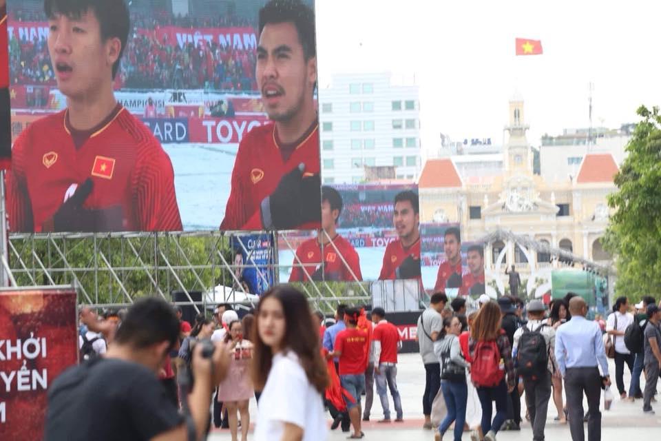 CĐV nhuộm đỏ phố phường, háo hức chờ trận U23 Việt Nam chạm trán U23 Hàn Quốc