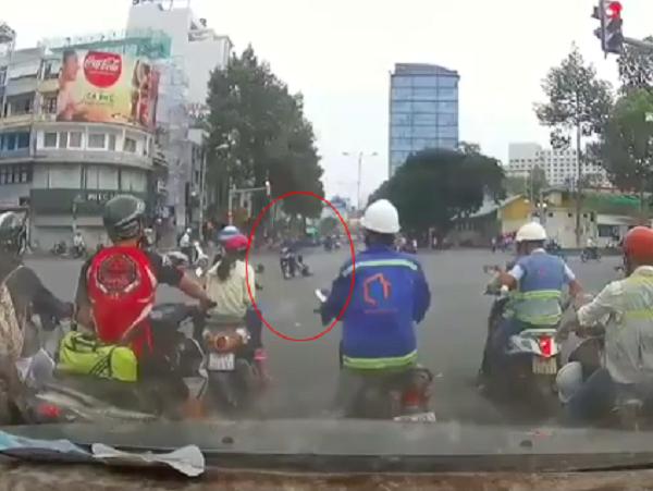 Tên cướp kéo lê cô gái hàng chục mét giữa ngã tư ở Sài Gòn