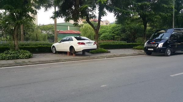Để qua đêm em Mercedes-Benz đã bị các thánh trộm xơi mất 2 bánh xe
