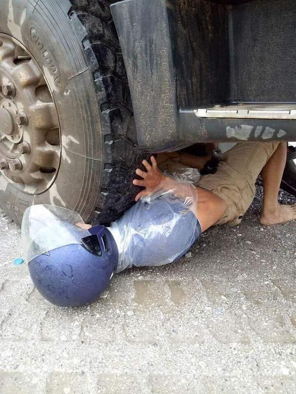 Người đàn ông mắc kẹt dưới bánh xe container và 1 giây may mắn đến khó tin
