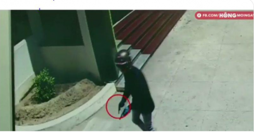 Cận cảnh hai kẻ táo tợn dùng súng vào cướp ở Ngân hàng Vietcombank