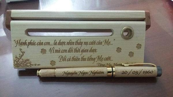 Mua bút gỗ khắc chữ có đắt không?