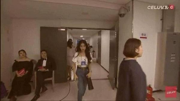Lén vào hậu trường sân khấu để gặp BTS