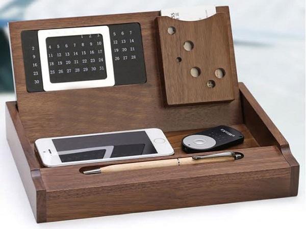 Lựa chọn dịch vụ khắc tên trên lịch gỗ để bàn ở đâu?