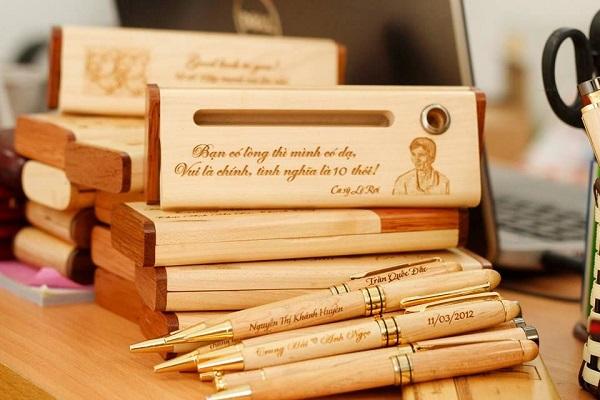 Làm hộp bút gỗ khắc tên như thế nào?