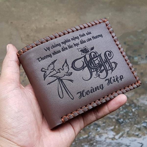 Sử dụng ví khắc tên làm quà tặng cực ý nghĩa
