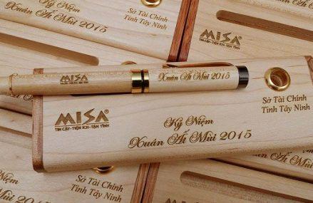 Dịch vụ khắc chữ lên bút gỗ làm quà tặng cực độc đáo