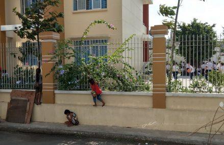 Bức ảnh được chụp tại một ngôi trường thuộc quận Tân Phú, Sài Gòn khiến nhiều người rưng rưng